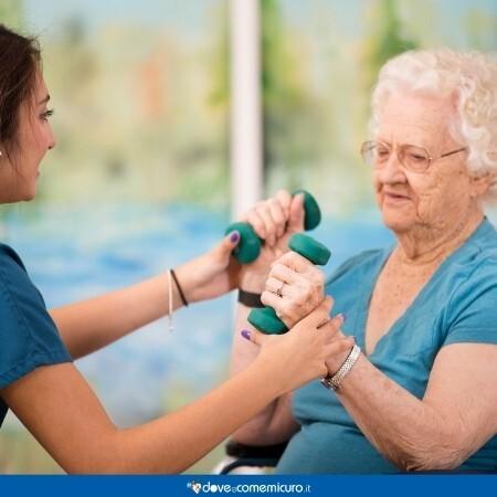 Immagine che rappresenta una donna che fa fisioterapia