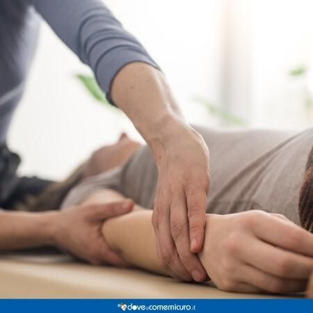 Immagine che rappresenta un uomo sdraiato su un lettino