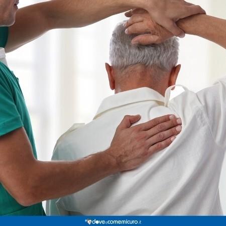 Immagine che rappresenta un fisioterapista con un paziente anziano
