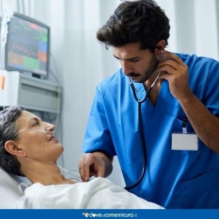 Immagine che rappresenta un infermiere che controlla il paziente