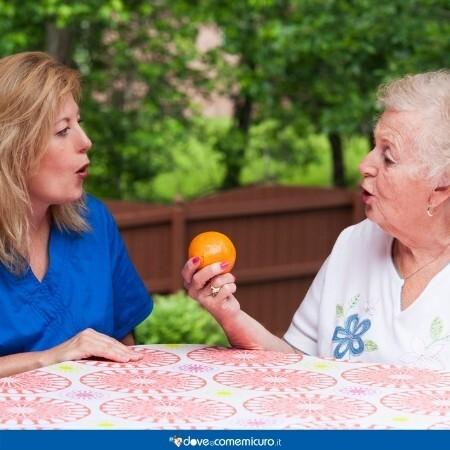 Immagine che rappresenta una logopedista con una paziente anziana