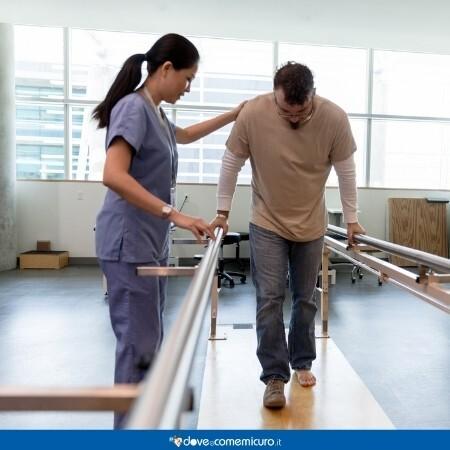 Immagine che rappresenta una fisioterapista con un paziente che fanno esercizi di deambulazione