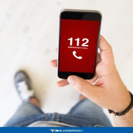 Immagine che rappresenta una persona che sta chiamando il 112