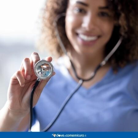 Immagine che rappresentauna dottoressa che fa un esame di diagnostica