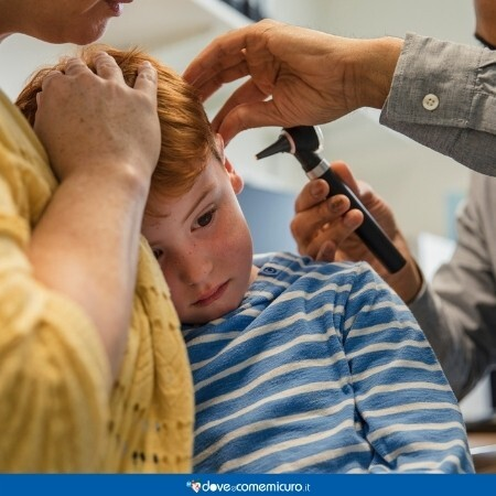 Immagine che rappresenta un bambino dal medico otorino