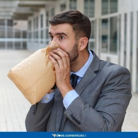Immagine che rappresenta un uomo che respira in un sacchetto