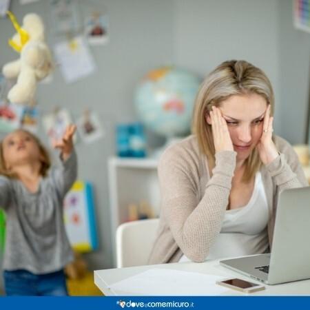 Immagine che rappresenta una donna che lavora da casa stressata