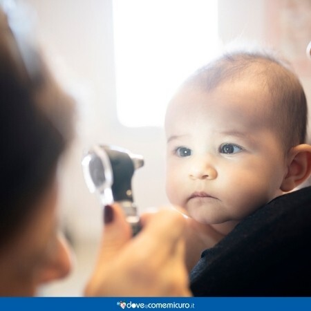 Immagine che rappresenta una visita oculistica per un bambino piccolo