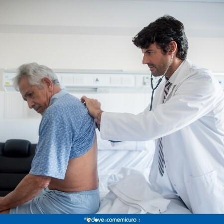 Immagine che rappresenta un dottore che ascolta i polmoni del paziente