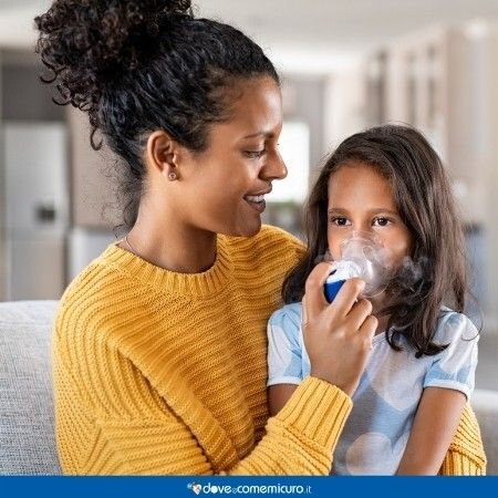 Immagine che rappresenta una donna che fa l'aerosol ad una bambina