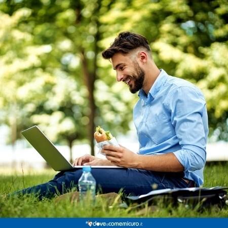 Immagine che rappresenta un uomo che fa smartworking al parco