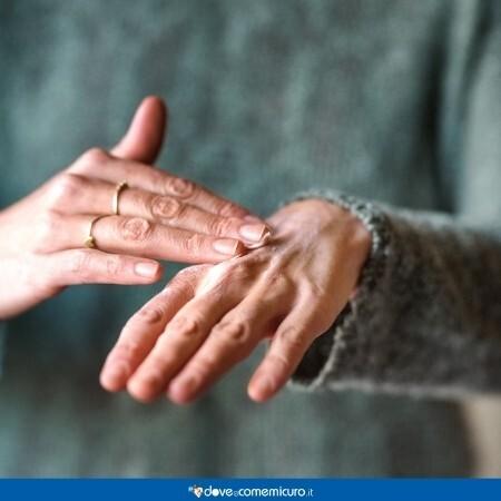 Immagine che rappresenta un unguento applicato sulle mani