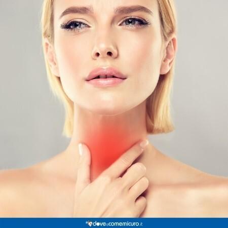 Immagine che rappresenta una donna con un dolore alla gola