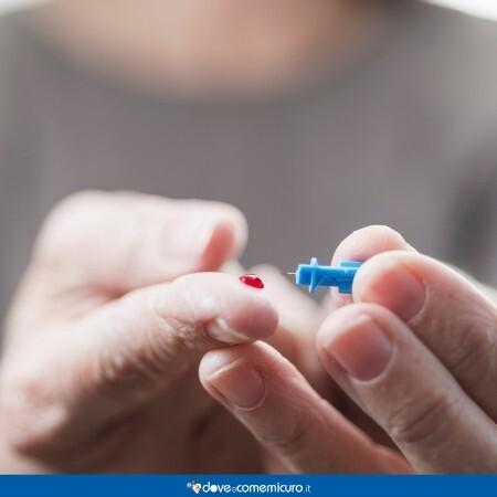 Immagine che rappresenta un finger stick test per il livello del glucosio nel sangue