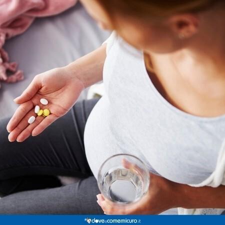 Immagine che rappresenta una donna in gravidanza che prende il farmaco per via orale