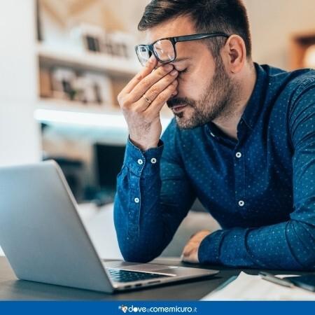 Immagine che rappresenta una persona stanca davanti al pc