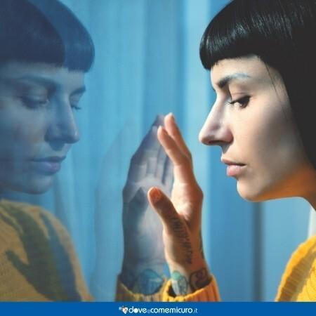 Immagine che rappresenta una donna alla finestra