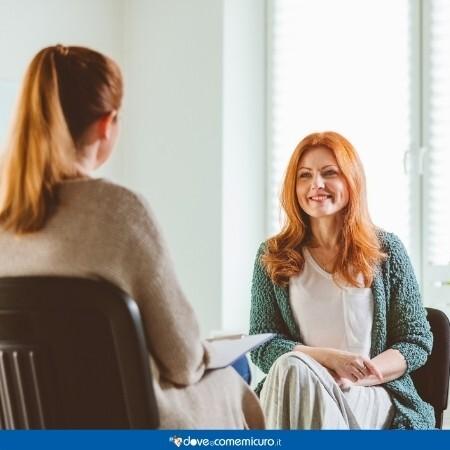 Immagine che rappresenta una Donna sorridente con terapista al community center