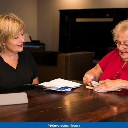 Immagine che rappresenta una donna anziana con la logopedista