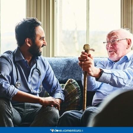 immagine che rappresenta un anziano e una persona che parlano