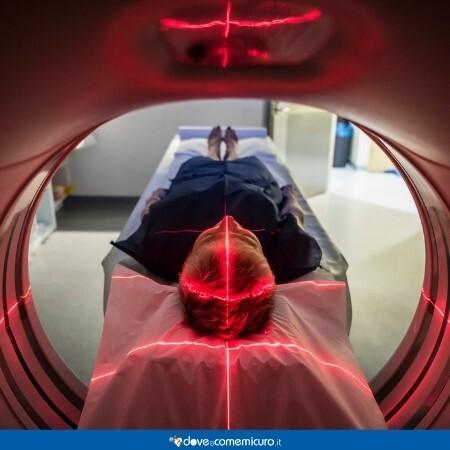 Immagine che rappresenta un paziente di mentire all'interno di uno scanner medico in ospedale