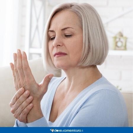 Immagine che rappresenta una donna che sente dolore alla mano