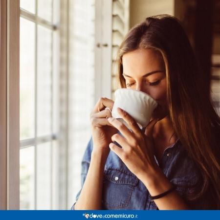 Immagine che rappresenta una donna che beve un infuso