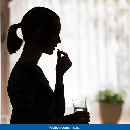 Immagine che rappresenta una donna che prende una pillola