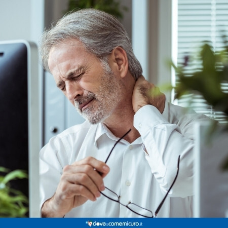 Immagine che rappresenta un uomo con un dolore al collo davanti al pc