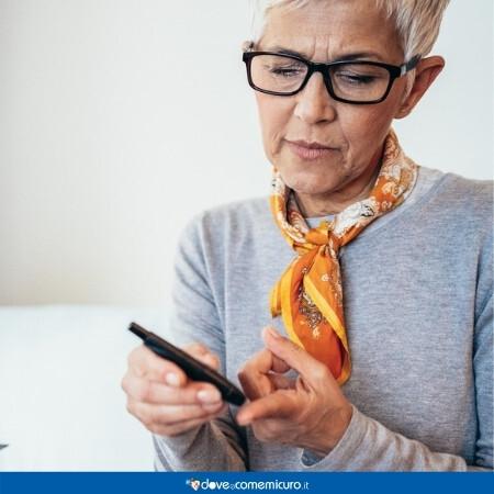 Immagine che rappresenta una donna che si misura la glicemia al dito