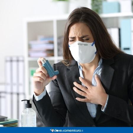 Immagine che rappresenta una donna asmatica con una mascherina