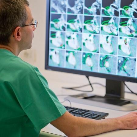 Immagine che rappresenta un medico che guarda la tac del cervello