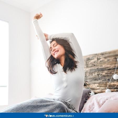 Immagine che rappresenta una donna che si alza al mattino dal letto