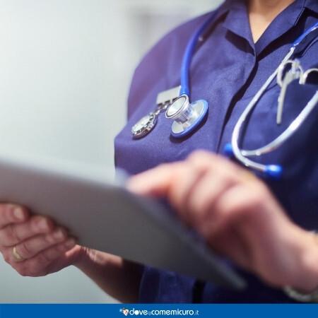 Immagine che rappresenta un medico con un tablet in mano