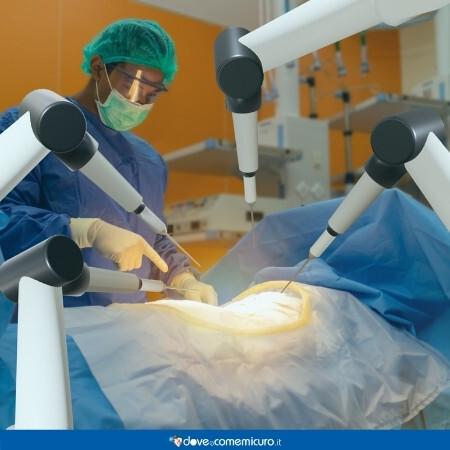 Immagine che rappresenta un'equipe di medici mentre stanno asportando una massa tumorale