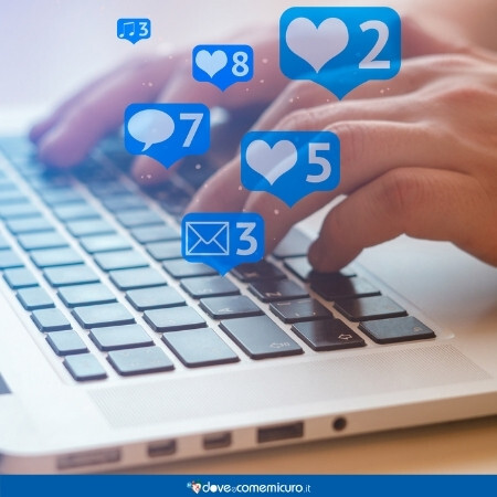 Immagine che rappresenta una persona che usa i social media al pc