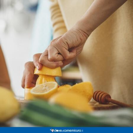 Immagine che rappresenta una donna che sta facendo una limonata