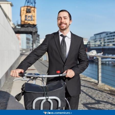 Immagine che rappresenta un uomo che va al lavoro in bici