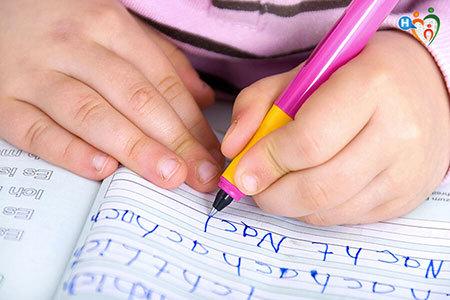 Immagine di una bambina che scrive su un quaderno