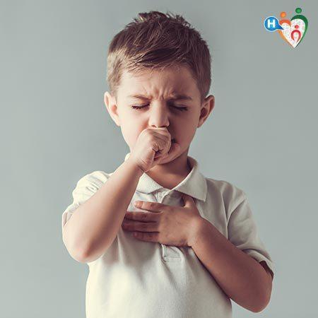 Tosse nei bambini: quali sono le tipologie e i rimedi? Immagine di un bambino che tossisce