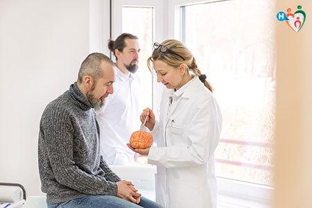 immagine che mostra un uomo durante la visita per la sclerosi multipla