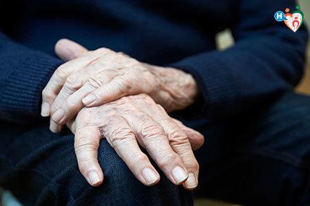 uomo anziano con le mani appoggiate sulle ginocchia