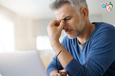 immagine che mostra un uomo che si tiene la testa dolorante con una mano
