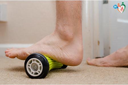 Immagine di un paziente affetto da fascite palntare che fa degli esercizi per il piede.