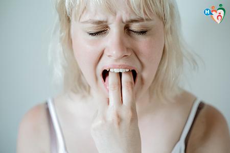 Immagine che mostra una ragazza nell'atto di indursi il vomito.