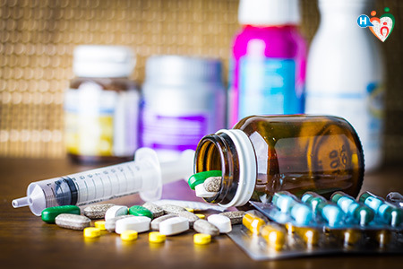Immagine con illustrati diversi flaconi di farmaci e pillole