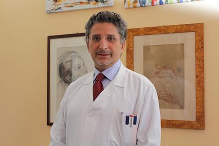 imagine che ritrae il dottore che sorride in piedi nel reparto di ginecologia dell'ospedale