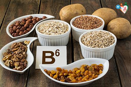 Imagine che rappresenta diverse ciotole su un tavolo, colme di cereali e legumi di vario tipo