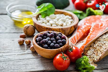 Immagine che mostra frutta, verdura e cereali di diverso tipo, freschi e di buona qualità