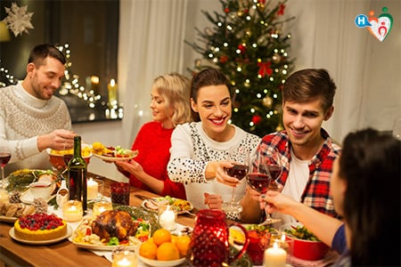 Immagine che ritrae una famiglia intorno al tavolo durante la cena della vigilia di Natale